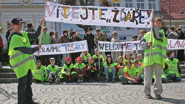 Účastníky Trvalé obnovy školy přišli na žďárské náměstí pozdravit i žáci 4. základní školy.