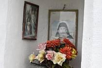 Kaplička stojí na cestě k Moravci. Nechali je tam vystavět manželé Jandovi z Mirošova.