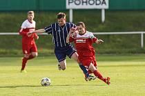 Typický obrázek v utkáních fotbalistů Bystřice v posledních patnácti letech. Motorová myš záložní řady Luboš Zbytovský (v červeném) uniká svým protivníkům.