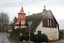 K původní zvonici přistavěli dům. Zvonice je teď jeho nedílnou součástí.