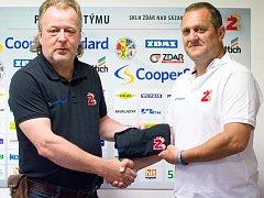 Spolupráce trenéra Michala Konečného (vpravo) a hokejistů Žďáru (vlevo generální manažer Miloslav Šimon) by měla pokračovat i v dalším ročníku.
