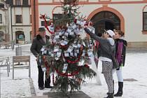 Desítky kartiček s vánočními přáními dětí visí na nazdobeném stromku na náměstí Republiky ve Žďáře.