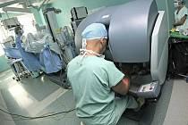 Chirurg ovládá ramena robotického systému v konzole, nestojí přímo nad pacientem.