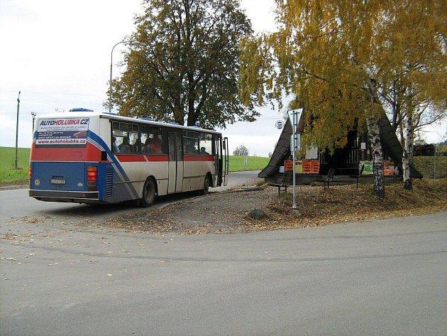 Autobusová zastávka v Novém Městě u nemocnice je nebezpečná. Stojí uprostřed křižovatky, nevede od ní přechod pro chodce ani žádný chodník.