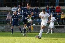 Po čtyřech porážkách v řadě se fotbalisté Nového Města (v modrém) znovu dočkali bodového zisku. V Otrokovicích hráli v sobotu nerozhodně 0:0.