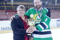 V březnu letošního roku předával organizátor žďárské Vesnické hokejové ligy Karel Daniel (vlevo) pohár za celkový titul v 17. ročníku celku Bohdalce.