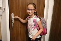 Po dvouměsíční pauze musela školačka nejprve zkontrolovat aktovku. Do školy se už těšila.