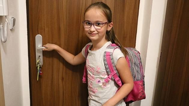 Druhačka Veronika ze Žďáru se už do školy těšila. Podívejte se na její návrat