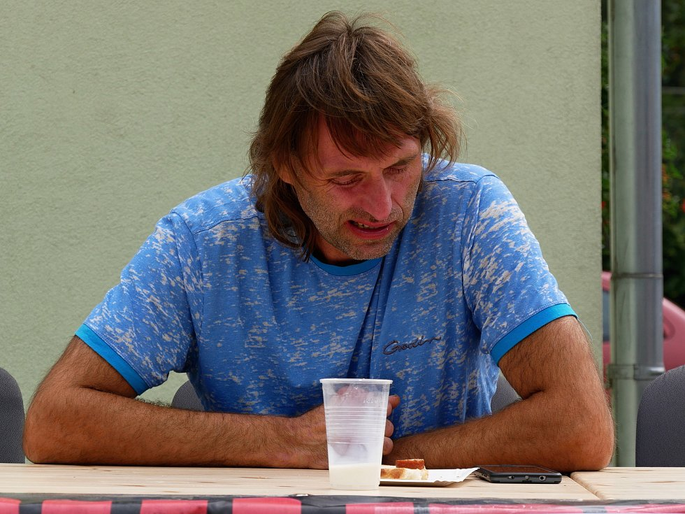 Ve Vírském Chilli Drakovi změřilo své síly deset příznivců pálivých pokrmů. Postupně vypadávali ti, kteří již nemohli v konzumaci předkládaného menu pokračovat. Na snímku stříbrný Kamil Hamerský.
