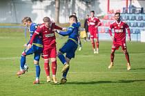 Kádr fotbalistů Velkého Meziříčí (v červeném) postupně prochází omlazovací kůrou.