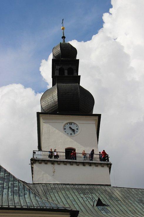 Z vrcholku věže kostela svatého Prokopa je město Žďár jako na dlani. A nejen samotné město. Krásný výhled je i na nedalekou Zelenou horu s poutním kostelem svatého Jana Nepomuckého.