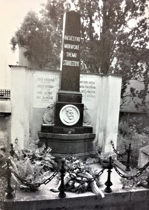 Pomník Tita Kršky s nápisem Hasičstvo moravské svému starostovi.