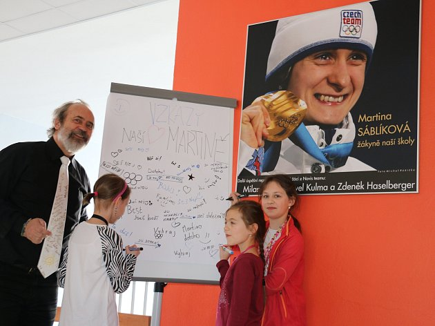 Žáci píší Martině vzkazy.