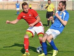 Fotbalisté Nedvědice (v červeném) doma v neděli zdolali rezervu Velké Bíteše 2:0.