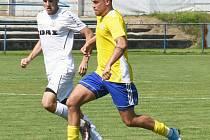 Na hřišti Břeclavi (ve žlutých dresech) se fotbalistům FC Žďas Žďár (v bílém) příliš nevedlo. Z jihu Moravy se po prohře 1:3 vraceli s prázdnou.