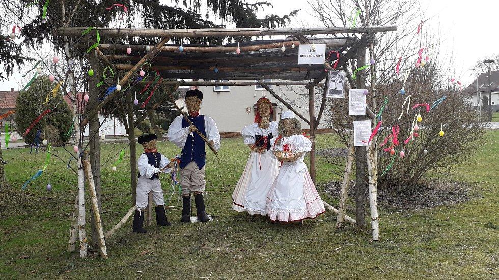 V Újezdu u Nového Veselí vítají Velikonoce panáci v horáckém kroji.
