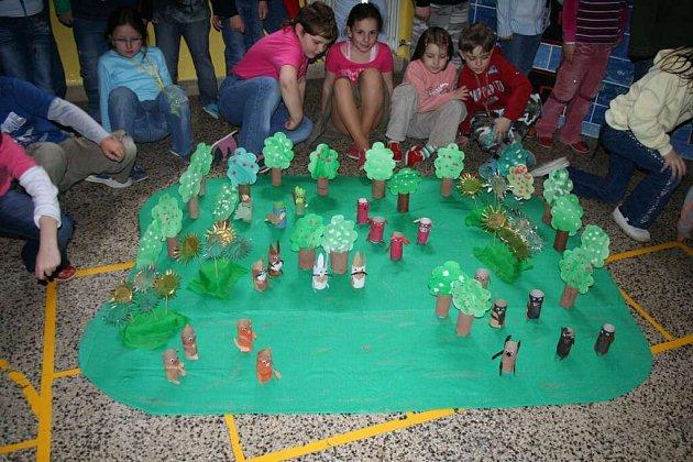 Využít vytříděného odpadu pro zkrášlení své školy se rozhodli žáci a učitelé bystřické základní školy v ulici Nádražní.