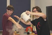 Studenti žďárské střední průmyslové školy se v netradičním vyučování mohli ujistit, že chemie nemusí být nudná.