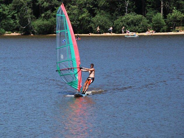 Jedním z rybníků, kde hygienici provádějí laboratorní testy vody, je i Velké Dářko. Nádrž je oblíbená rekreanty, ať už ke koupání, anebo k provozování vodních sportů.