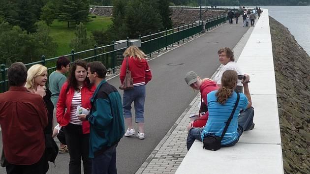 Komunikace vedoucí po hrázi vodárenské nádrže v Mostištích u Velkého Meziříčí je častým cílem turistů.