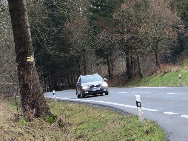 Cyklostezka pokračující od parkoviště nad Domanínským rybníkem bude muset nejdříve cyklisty bezpečně převést přes frekventovanou silnici I/19 (v místě na snímku).