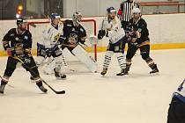 Hokejisté Velkého Meziříčí (v bílém při utkání v Březině) na druhou ligu usilovně posilují.
