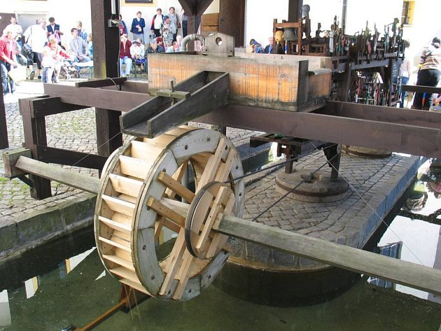 Figurální soustrojí je poháněné vodním kolem.