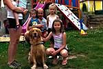 Rodina ze Žďárska s tříletými dvojčátky Leou a Zoe a jejich novým psím kamarádem Bestem.
