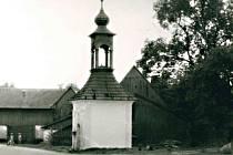 Kaplička v Křídlech byla postavena v roce 1843. Obec ji chce již delší dobu přestěhovat.