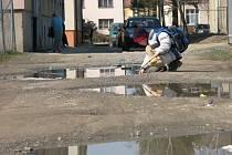 Zkratka k druhé základní škole ve Žďáře nad Sázavou má k chodníku daleko. Na kalužích mohou po dešti děti pouštět papírové lodě.