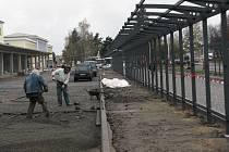Do plného provozu se opravované autobusové nádraží ve Žďáře nad Sázavou vrátí v prosinci. V areálu budou předlážděny cesty, instalován informační systém a zastřešeny dva nástupní ostrůvky.