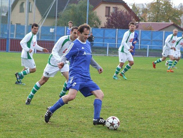 Přestože v Okříškách gól nepadl, hrálo se zajímavé utkání. Domácí (u míče Jaroslav Jůza) si tak připsali druhou bezbrankovou remízu v řadě.