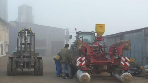 """Zemědělci svůj protest nakonec """"odpískali"""". V zemědělském družstvu v Ostrově nad Oslavou se  v pondělí ráno mimo jiné věnovali údržbě techniky."""