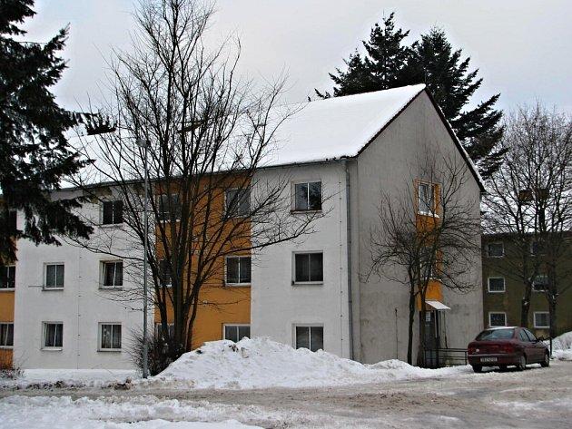 Azylový dům pro muže s kapacitou 24 osob je umístěn v Brodské ulici. Při dodržování všech pravidel v něm mohou muži bez přístřeší pobývat až rok.
