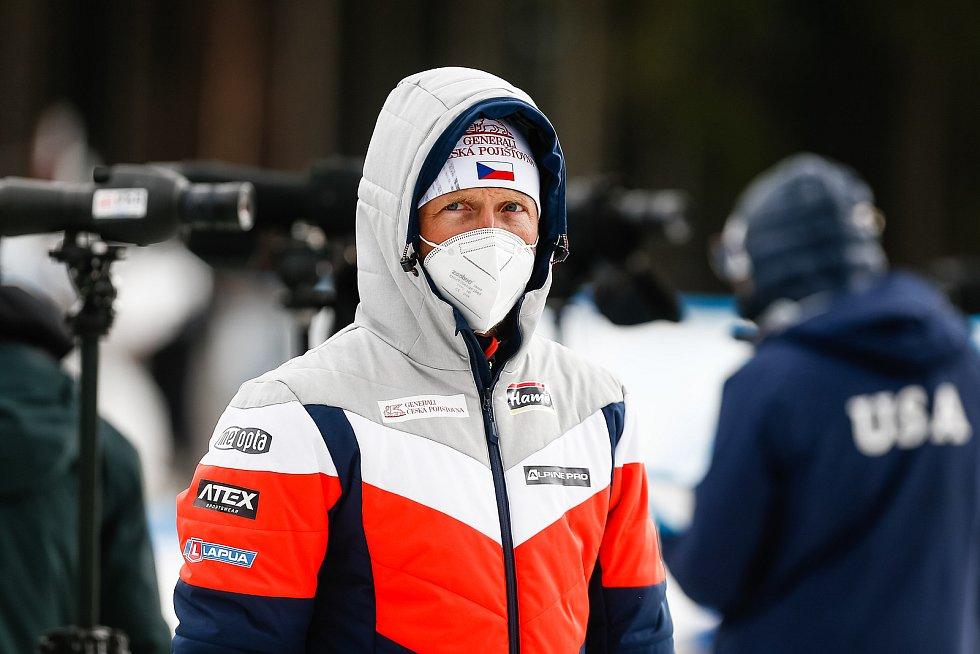 Ondřej Moravec sleduje závod Světového poháru v biatlonu ve smíšené štafetě.