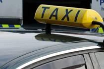 Řidič taxislužby nezvádl s pasažérkami řízení vozu. Ilustrační foto.