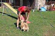 Jitka Hrdinová  je majitelkou výcvikového střediska Na konci světa. Se svými čtyřnohými mazlíčky zanechává v tuzemských i mezinárodních soutěžích v agility nesmazatelnou stopu.