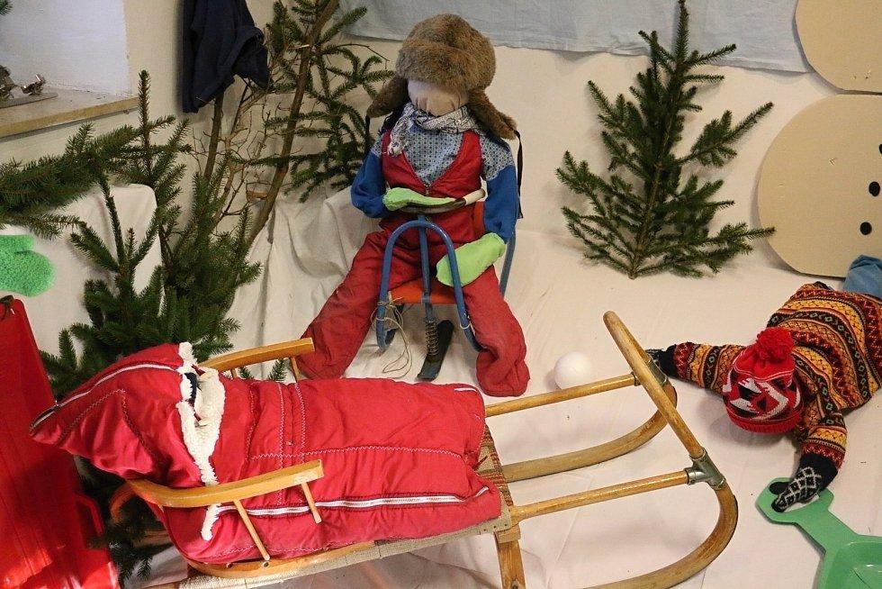 Výstava nazvaná Když stromeček zazáří představuje nejen vánoční výzdobu a stolování, ale také nejrůznější dárky tehdejší doby