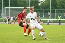 Jedním z podzimních vrcholů byl pro hráče FC Žďas (v bílém) domácí souboj s Hodonínem (v pruhovaném).