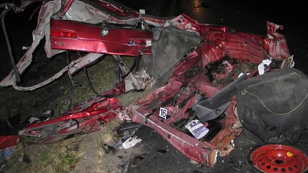 Vůz při havárii doslova vylétl ze silnice. Narazil do korun dvou vzrostlých stromů, o které se rozlomil.