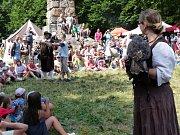 Zřícenina hradu Zubštejna o víkendu ožila desátým Festivalem historického šermu, hudby a tance.