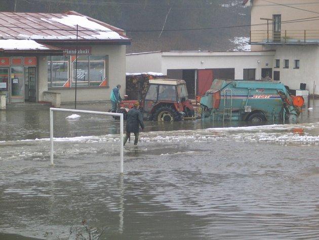Při opakujících se záplavách bývá část Unčína přístupná jen s obtížemi. Takhle to ve vesnici třeba vypadalo začátkem února v roce 2004.
