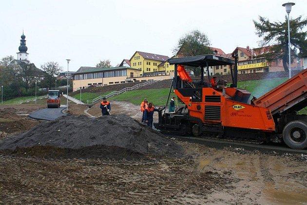 Práce na výstavbě žďárského vícegeneračního parku v lokalitě Farská humna úspěšně pokračují.