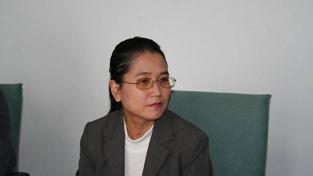 Sabe Amthor Soe je ředitelkou  Burma Center Praque. To zprostředkovává přesídlení mladé barmské rodiny do Nového Města na Moravě.