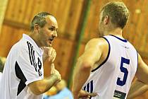 Trenér mužů Petr Šilhart předává pokyny Radku Pospíšilovi.