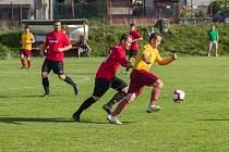 Fotbalisté rezervy Počítek (v červených dresech) o víkendu zvítězili 2:1 na hřišti Velké Losenice.
