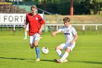 Divizní krajské derby mezi domácími fotbalisty Žďáru nad Sázavou (v bílém) a Slavojem Polná (v červených dresech) skončil jasnou výhrou FC Žďas 6:0.