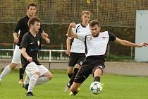 V úvodních čtyřech kolech tohoto ročníku krajského přeboru Vysočiny uhráli fotbalisté juniorky Nového Města na Moravě (v bílých dresech), coby nováček soutěže, solidních šest bodů za jednu výhru a tři nerozhodné výsledky.
