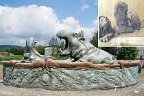 Michal Olšiak, známý žďárský sochař a malíř, vytváří své sochy z betonu. Jeho posledním dokončeným dílem na Žďársku jsou Hroši. Nyní chystá sousoší moravské orlice a českého lva, mezi nimiž bude umístěn hraniční kámen z pískovce.