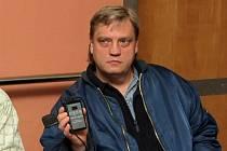 SEDM LET. Vysílač si Vladimír Píštěcký přikládá na břicho, kde má pod kůží umístěn přijímač. S tím jsou spojeny implantované elektrody neurostimulátoru.